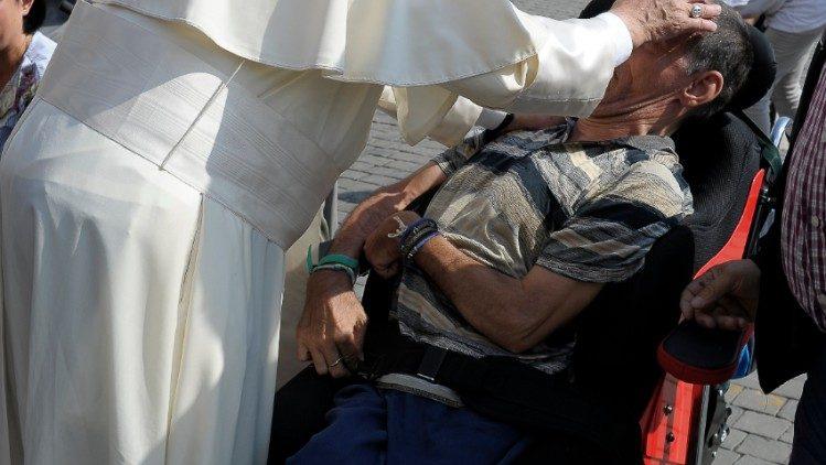Papa Francesco e un malato