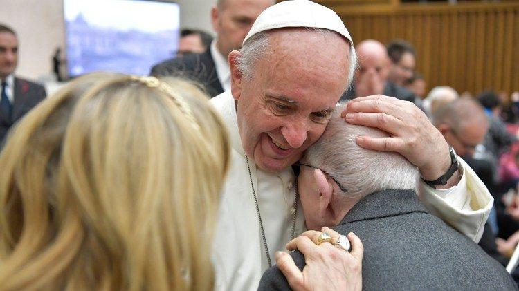 El Papa saluda a un grupo de enfermos