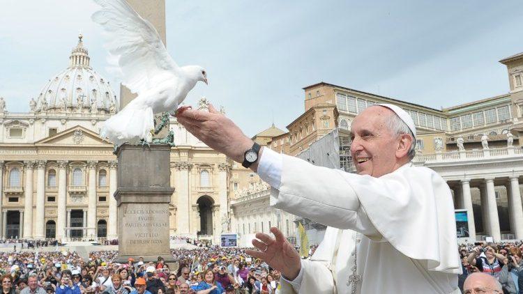 Papa Francesco e colomba