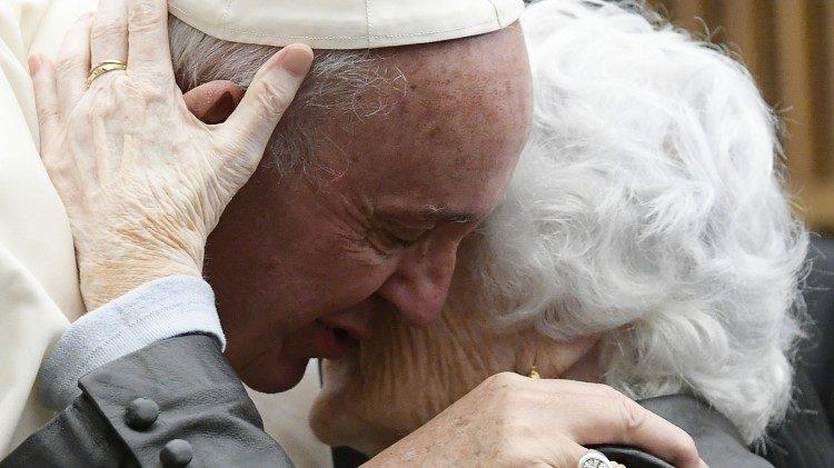 """Papa Francisco: """"Um mundo com um novo abraço entre os jovens e os idosos"""""""