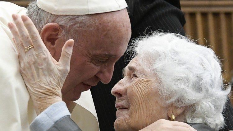 Papa Francisco e idosa