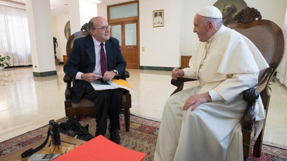 El Santo Padre entrevistado por Philip Pullella, de la agencia Reuters.