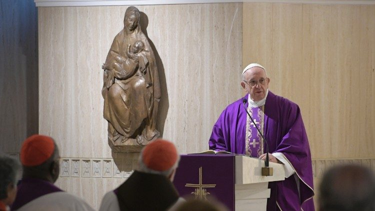 Papa Francisco durante Missa na capela da Santa Marta