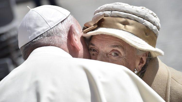 """""""Olhar cada pessoa nos olhos e não como um número a mais de uma estatística fria"""", afirma o Papa"""