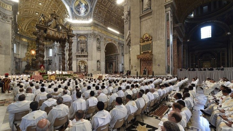 Hundreds of priests celebrate Mass with Pope Francis on Holy Thursday. Later in the day, the Pope had lunch with ten priests of the diocese of Rome.