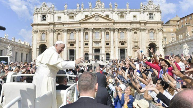 Papa: a Crisma é marca espiritual indelével, que configura mais perfeitamente a Cristo