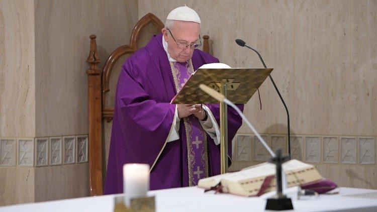 Papa convida a olhar para Cristo crucificado diante das adversidades