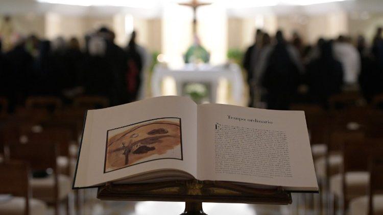 Papa celebra na Capela da Casa Santa Marta