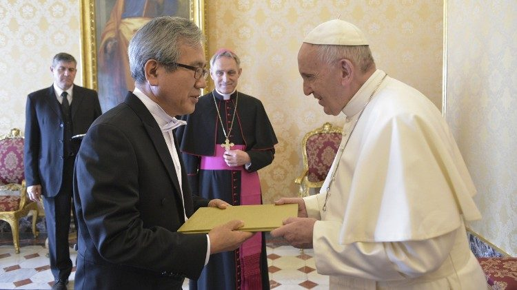 Baek Man Lee, Ambassador of Korea to Holy See with the Pope
