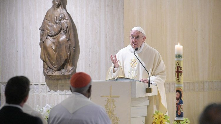 Papa Francisco celebrando na capela da Casa Santa Marta