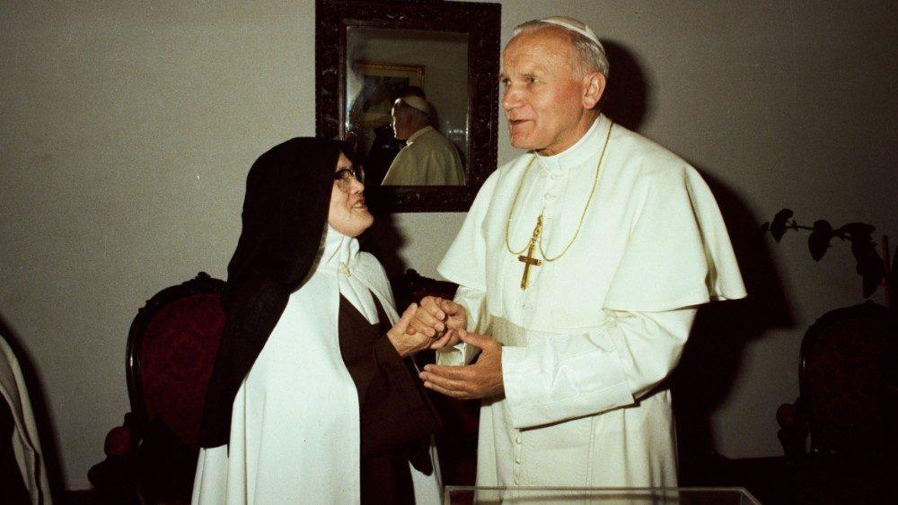 Risultati immagini per incontro tra san giovanni Paolo II e suor Lucia 1982