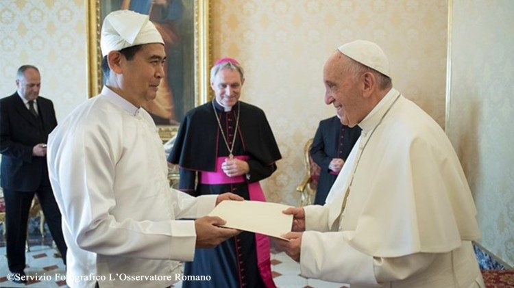 Pope Francis meets Myanmar's new Ambassador to the Holy See