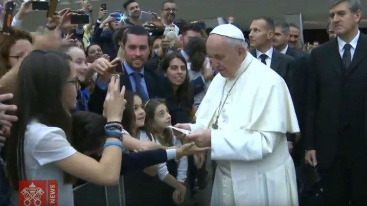 Pope meeting officials and personnel of the Rome Police Headquarters and the Central Health Directorate, along with their families, May 25, 2018.