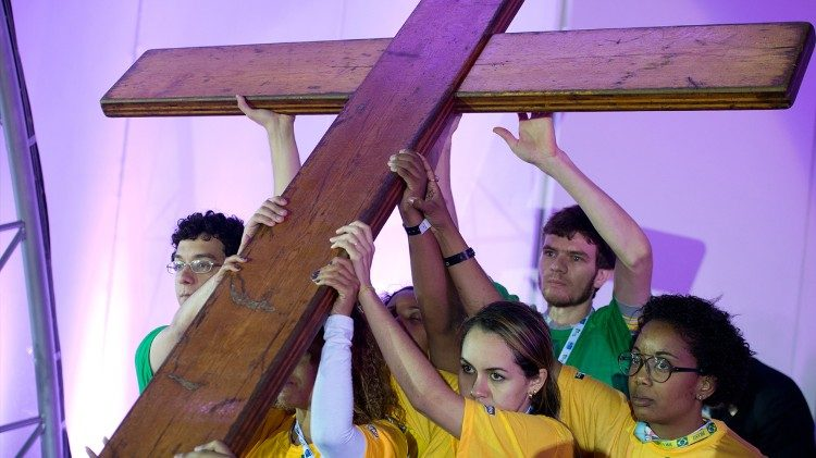 Young people carrying the WYD cross