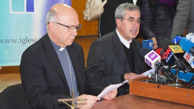Mons. Fernando Ramos, Secretario Gral y Mons. Santiago Silva Retamales, Presidente de la CECh