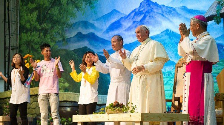 Encuentro del Papa con los jóvenes. Santuario de Solmoe.