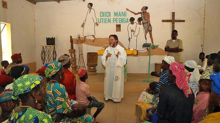 Padre Gigi Maccall en su misión en Nigeria