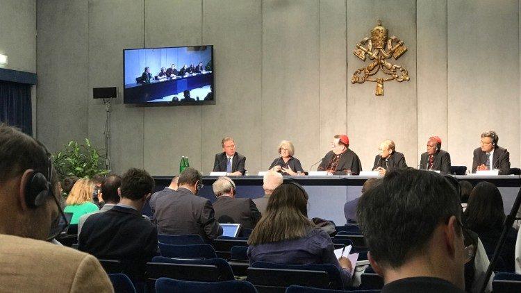 Rueda de prensa del martes sobre el Sínodo de los Obispos.