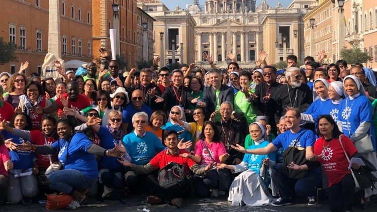 Cardinal Tagle kicks off the Share the Journey campaign with pilgrims