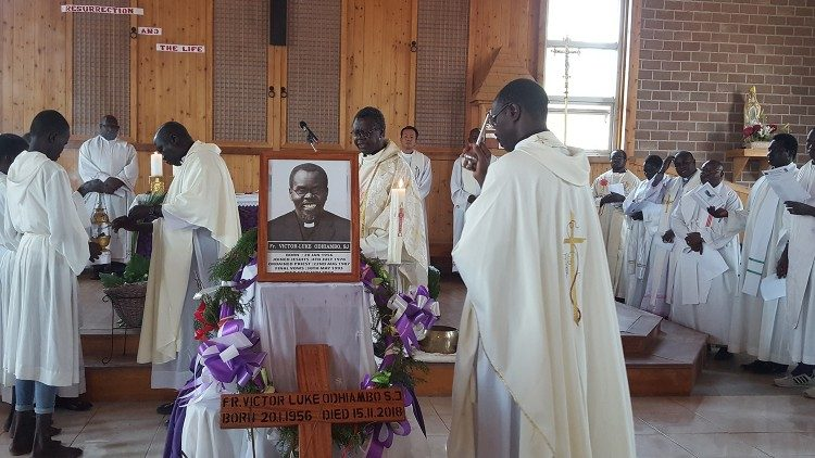 SUD SOUDAN: Funeral of Father Odhiambo (Photo credit: Eastern Africa Province of the Society of Jesus)