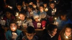 """Il Papa accende un cero e prega per la """"pace nell'amata Siria"""""""