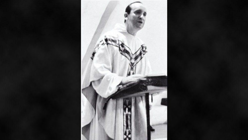 2018.12.13 Foto di famiglia Bergoglio da giovane sacerdote.jpg