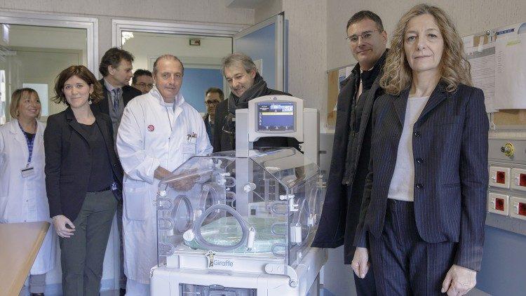 Lồng kính được trao cho Bệnh viện nhi đồng Bambino Gesù