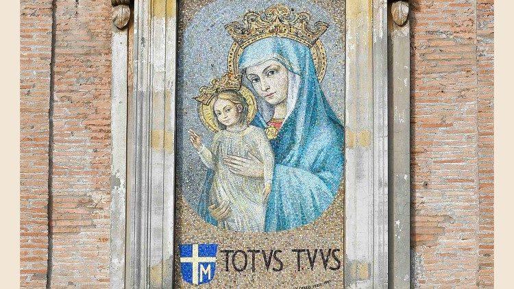 Il mosaico in Piazza S. Pietro con il motto di S. Giovanni Paolo II