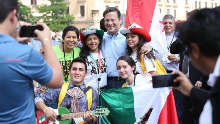 Tổng thống  Juan Carlos Varela với các bạn trẻ