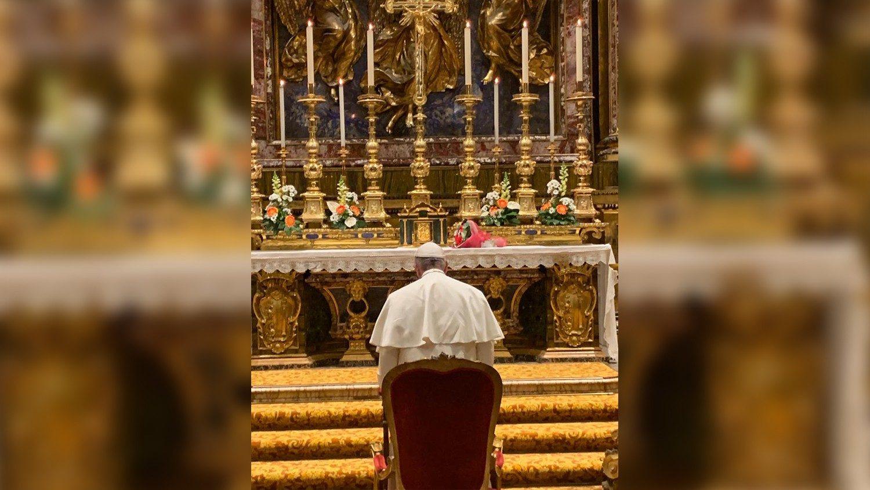 El Papa reza en Santa María La Mayor por su viaje a Asia - Vatican News