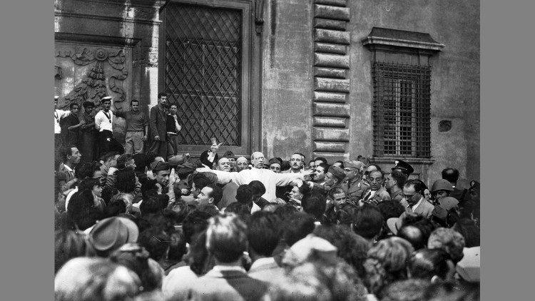Papa Pio XII em visita aos lugares do bombardeio em Roma em 19 de julho de 1943