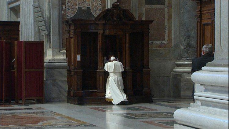Le Pape François se confesse à la basilique Saint-Pierre, le 29 mars 2019.