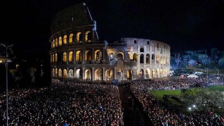 Buổi ngắm Đàng Thánh Giá tại Colosseo vào tối thứ Sáu Tuần Thánh năm 2018