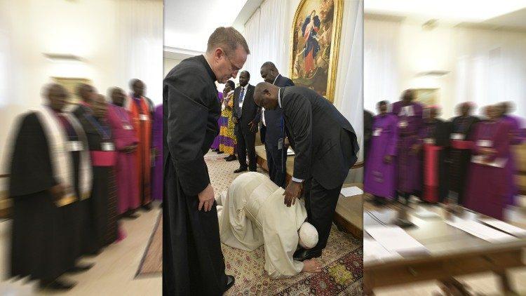 Papa Francesco bacia i piedi dei leader del Sud Sudan (11 aprile 2019)
