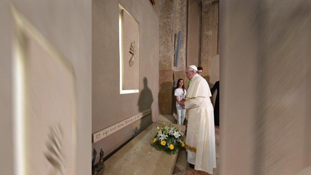 Il Papa in preghiera sulla tomba di Don Primo Mazzolari - 20 giugno 2017