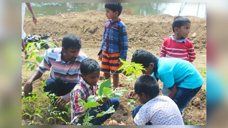 2019.05.09 bambini che piantano alberi con l'attivista ecoattivo disabile Sathish