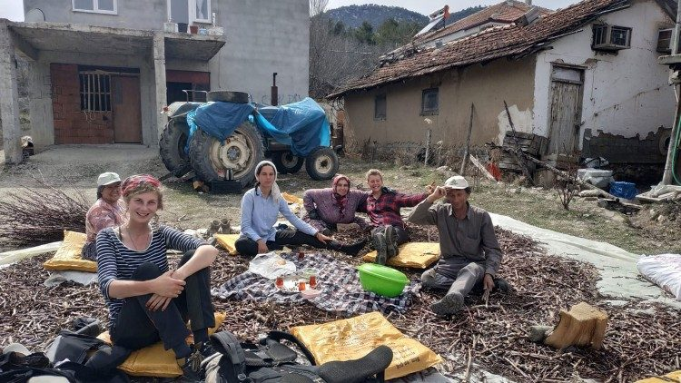 Tea break in Sülekler, Turkey, with a family gathered to chop wood for the next season