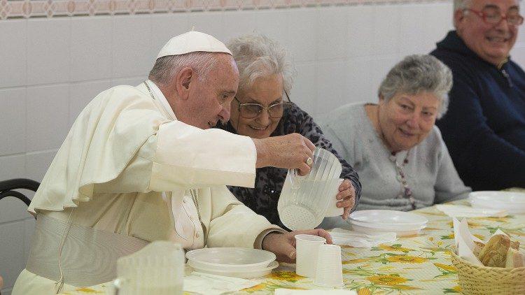 Le Pape François lors d'un déjeuner avec des personnes pauvres, à Florence en Italie, le 10 novembre 2015.
