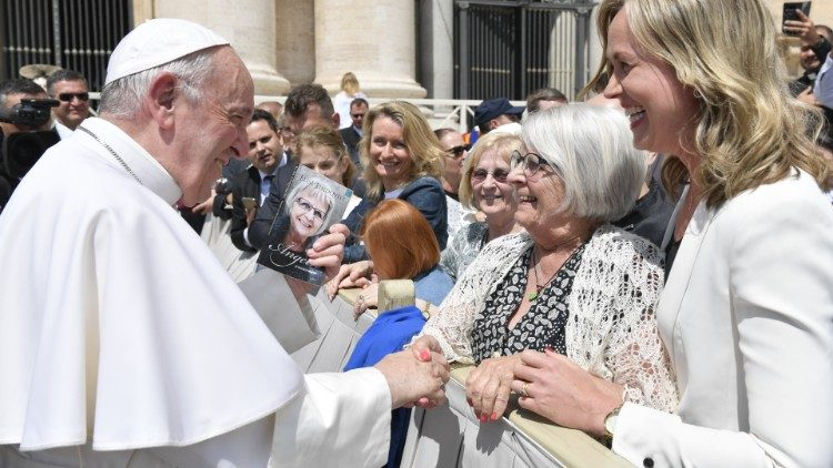 Elise Linsqvist greets the Pope after the Audience in May