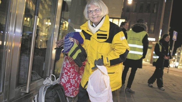 At night Elise Lindqvist distributes clothes and comfort)