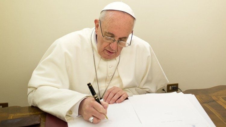 file foto  : pope francis in the office