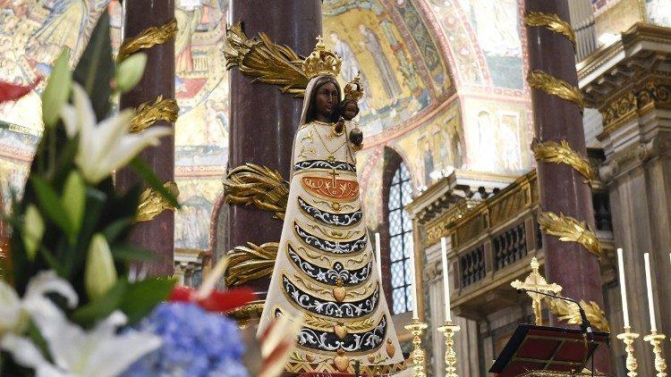 Une statue de la Vierge de Lorette exposée dans la Basilique Sainte-Marie-Majeure, à Rome