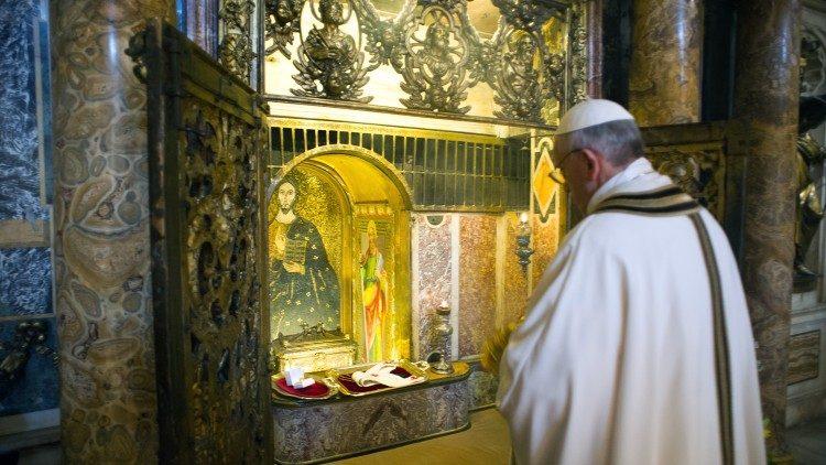 Papa Francisco em oração diante do túmulo de Pedro (19 de março de 2013)