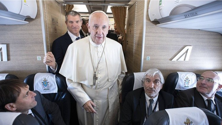 Le Pape François et derrière lui Matteo Bruni, à bord d'un avion lors d'un précédent voyage apostolique.