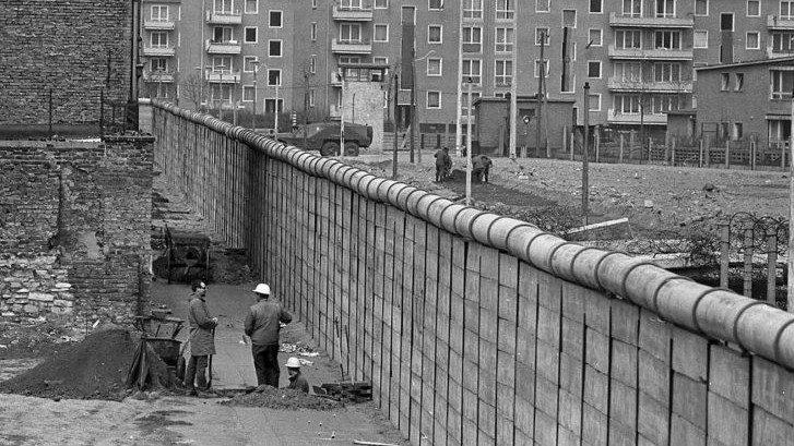 A berlini fal megépül