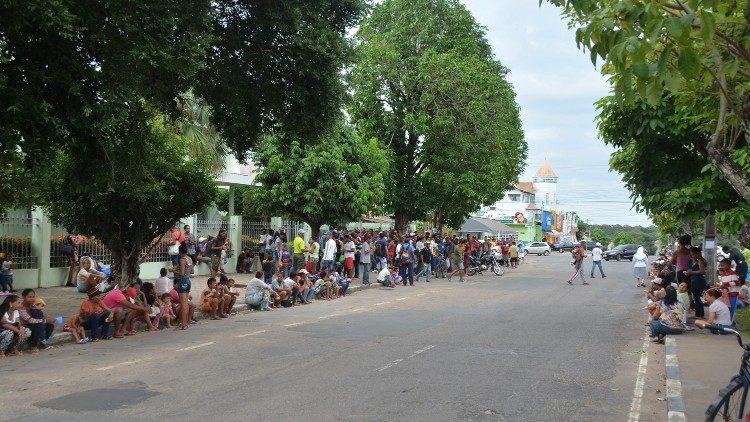 Todas as manhãs, cerca de 500 venezuelanos recebem café e pão na Casa das missionárias da Consolata, em Boa Vista