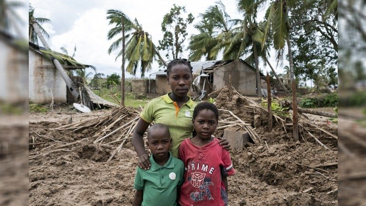 Joana Inacio (13 years), Maisinha (8 years) Inaciao (6) live in Macomia, Mozambique, an area hit hard by Cyclone Kenneth. Their house was destroyed by the cyclone.
