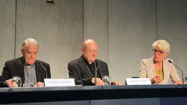La présentation du prix Ratzinger par le père Lombardi et le cardinal Ravasi, avec la vice-directrice de la Salle de Presse, Cristiane Murray.