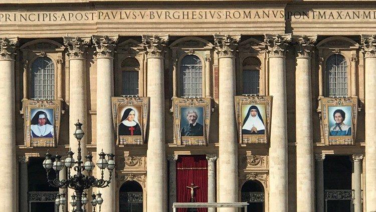 A imagem dos cinco beatos que serão canonizados dia 13 de outubro, expostas na fachada da Basílica de São Pedro