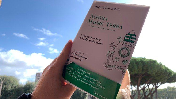 """La couverture du livre """"Nostra Madre Terra"""", édité par la LEV."""